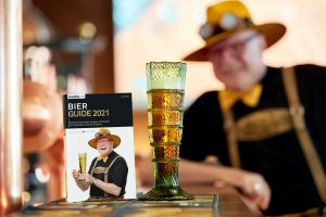 Bier Guide 2021 mit Passglas und Bierpapst Conrad Seidl im Hintergrund